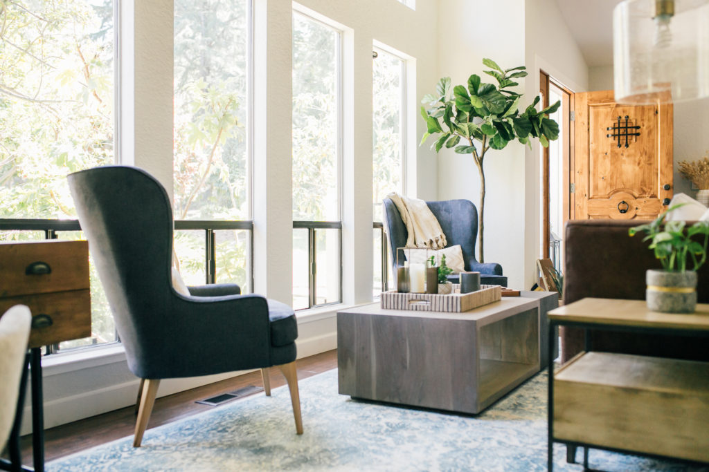 A modern traditional living room interior design project by Studio Plumb