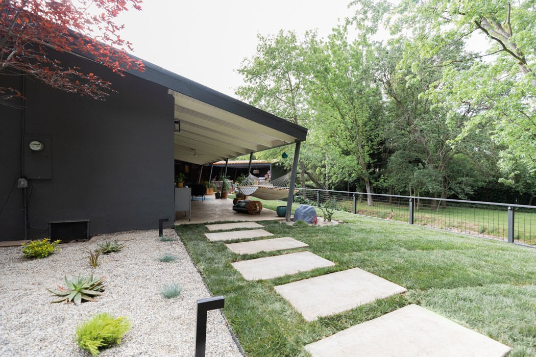 Modern midcentury backyard patio design by Studio Plumb